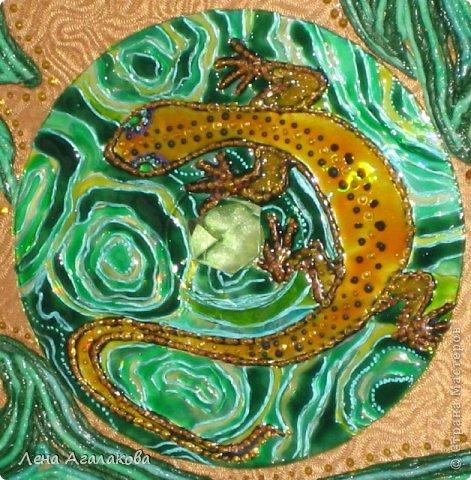 Хозяйка Медной горы — хранительница драгоценных пород и камней, иногда предстает перед людьми в виде прекрасной женщины, а порой — в виде ящерицы.Эта загадочная ,а порой опасная,Медной горы Хозяйка хранит много своих тайн.  Захотелось создать подобие малахита из бумажных полос и витражных красок,очень люблю этот узорчатый камень фото 2