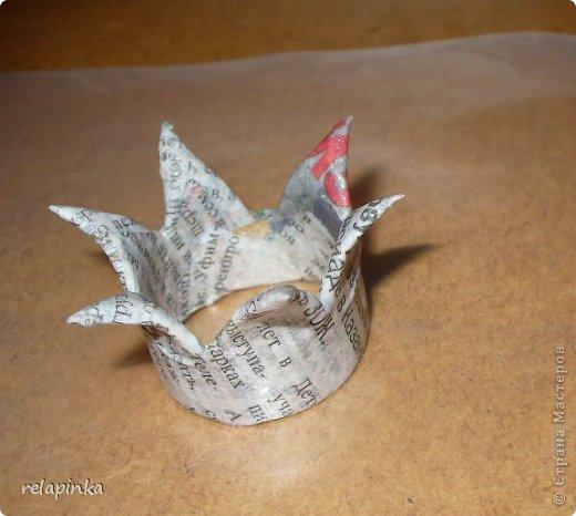 Для того, чтобы сделать Прекрасного Принца, на не менее прекрасном скакуне, понадобятся: клей ПВА (белый строительный), туалетная бумага (серая, однослойная, которая дешёвая), газета, картон, проволока, нить лен или любая другая не тонкая нить, пенопласт или толстый картон, или гафрокартон, акриловые краски, цвета на ваш выбор, стеки для лепки, я пользуюсь самыми простыми пластмассовыми, которые есть в любой детской коробке пластилина, фольга. Кажется ничего не забыла)) фото 23