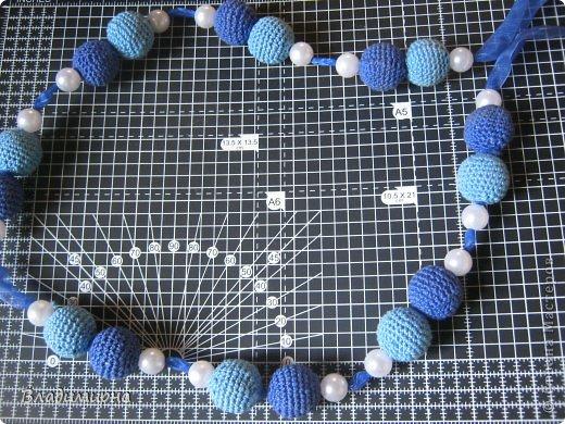 """Вначале лета купила в магазине пеноаластовые шарики. ( в наборе все шарики быи диаметром 2 см.) Решила сделать из них бусы. Сине-голубая гамма была продиктована преобладающими цветами гардероба. Нитками типа """"Ирис"""" обвязала шарики.  В браслет добавила перламутровых бусин. Собрала его на специальную резинку.  фото 2"""