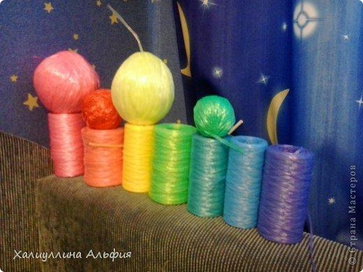 Этим летом я решила научиться вязать крючком самы простенькие вещи) Мое внимание пало на мочалочки из полипропиленовой пряжи. На этом снимке - радужная, в ней 7 цветов, по 12 рядов на каждый цвет (6 рядов-простые столбики без накида, 6 - вытянутые петли букле, они чередуются через один). В начале и в конце вязания по 5 рядов столбиками без накида, вхолостую, как я называю. В кольцо смыкаю 50 воздушных петель, во время вязания не расширяю и не сужаю. Ручки вяжу по 6 петель столбиками без накида, видно на следующих фотографиях. Таких радужных я уже 3 штуки связала и все раздарила. Людям нравится) фото 6