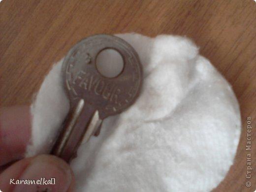 Доброго времени суток :) Уже давно у меня валялся очень старый ключ. Я давно хотела сделать из него кулон, но никак руки не доходили:) И вот сегодня я все-таки сделала из неприглядного ключа-красивый кулон)  Чтобы сделать такое украшение нам понадобится: - старый не нужный ключ. - бусинки. - лак для ногтей цветной. - лак для ногтей прозрачный. - немного спирта. - ватный диск. - паетки. - немного бисера. фото 2