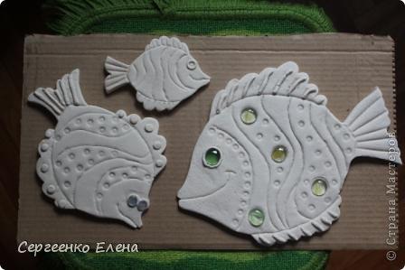 Вот такая панношка создалась для детского сада. Рыбы из солёного теста. Море, водоросли - цветная пряжа, камни природные, морские, алуштинские.  фото 3