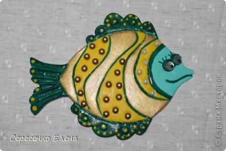 Вот такая панношка создалась для детского сада. Рыбы из солёного теста. Море, водоросли - цветная пряжа, камни природные, морские, алуштинские.  фото 7