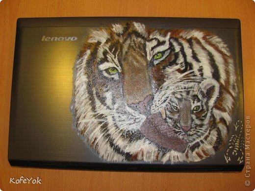 Расписывала  ноут на заказ..просили именно этих тигриков... рисовала акрилом, покрывала вместо лака прозрачным структурным гелем. фото 2