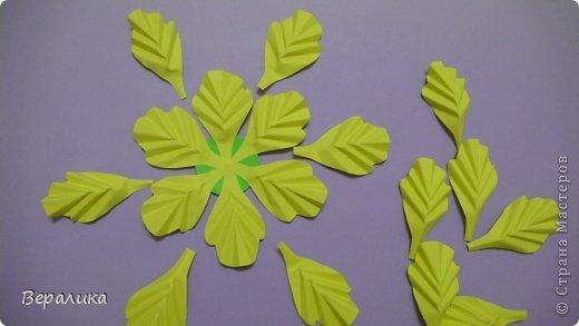 """Недавно я выставляла работу """"Кустик бархатцев"""".  Хочу поделиться, как я делала вот такие цветы бархатцев.  У меня получился вот такой бутон. Он, конечно, чуть зеленее  , чем натура. Надо добавить, наверное, больше желтого. фото 4"""