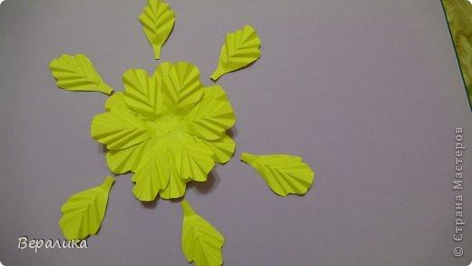 """Недавно я выставляла работу """"Кустик бархатцев"""".  Хочу поделиться, как я делала вот такие цветы бархатцев.  У меня получился вот такой бутон. Он, конечно, чуть зеленее  , чем натура. Надо добавить, наверное, больше желтого. фото 5"""