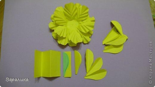 """Недавно я выставляла работу """"Кустик бархатцев"""".  Хочу поделиться, как я делала вот такие цветы бархатцев.  У меня получился вот такой бутон. Он, конечно, чуть зеленее  , чем натура. Надо добавить, наверное, больше желтого. фото 6"""