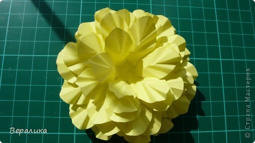 """Недавно я выставляла работу """"Кустик бархатцев"""".  Хочу поделиться, как я делала вот такие цветы бархатцев.  У меня получился вот такой бутон. Он, конечно, чуть зеленее  , чем натура. Надо добавить, наверное, больше желтого. фото 7"""