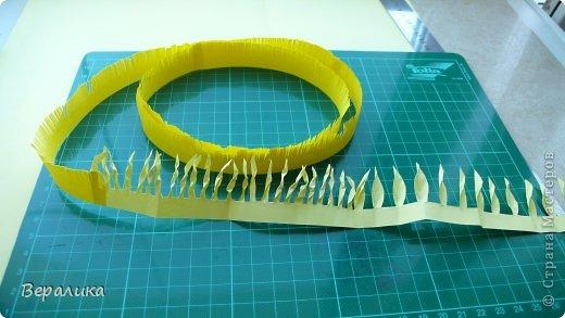"""Недавно я выставляла работу """"Кустик бархатцев"""".  Хочу поделиться, как я делала вот такие цветы бархатцев.  У меня получился вот такой бутон. Он, конечно, чуть зеленее  , чем натура. Надо добавить, наверное, больше желтого. фото 12"""
