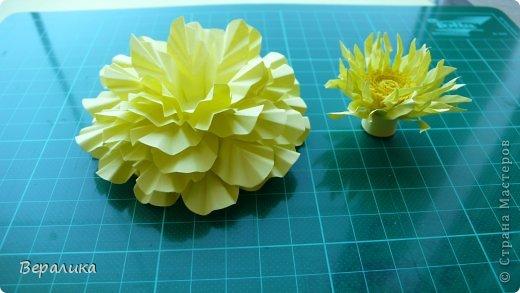 """Недавно я выставляла работу """"Кустик бархатцев"""".  Хочу поделиться, как я делала вот такие цветы бархатцев.  У меня получился вот такой бутон. Он, конечно, чуть зеленее  , чем натура. Надо добавить, наверное, больше желтого. фото 13"""