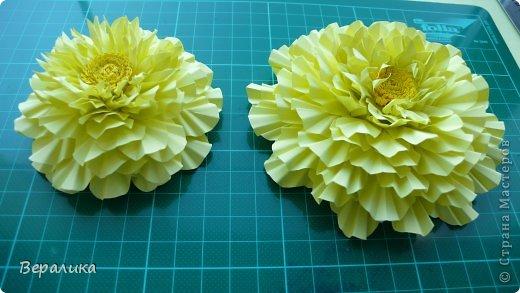 """Недавно я выставляла работу """"Кустик бархатцев"""".  Хочу поделиться, как я делала вот такие цветы бархатцев.  У меня получился вот такой бутон. Он, конечно, чуть зеленее  , чем натура. Надо добавить, наверное, больше желтого. фото 2"""