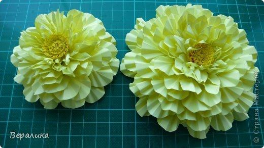 """Недавно я выставляла работу """"Кустик бархатцев"""".  Хочу поделиться, как я делала вот такие цветы бархатцев.  У меня получился вот такой бутон. Он, конечно, чуть зеленее  , чем натура. Надо добавить, наверное, больше желтого. фото 14"""