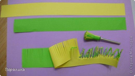 """Недавно я выставляла работу """"Кустик бархатцев"""".  Хочу поделиться, как я делала вот такие цветы бархатцев.  У меня получился вот такой бутон. Он, конечно, чуть зеленее  , чем натура. Надо добавить, наверное, больше желтого. фото 15"""