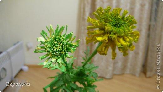 """Недавно я выставляла работу """"Кустик бархатцев"""".  Хочу поделиться, как я делала вот такие цветы бархатцев.  У меня получился вот такой бутон. Он, конечно, чуть зеленее  , чем натура. Надо добавить, наверное, больше желтого. фото 1"""