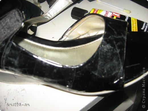 Чтобы далеко не отходить от темы, сразу хочу показать еще одну переделку обуви. Эти сандали носились еще наверно лет пять назад, у нас тогда был кризис финансовый и на лето я покупала себе дешевенькие сандалики, за лето они так сильно износились, но были очень удобные. Не знаю почему я их так и не выкинула. Вот тут то я и решила, что переделаю и пару раз за лето но одену. Принялась за дело. Научилась выкройку делать в нете и покажу вам тоже, вдруг кому-нибудь и понравится сама идея! фото 4