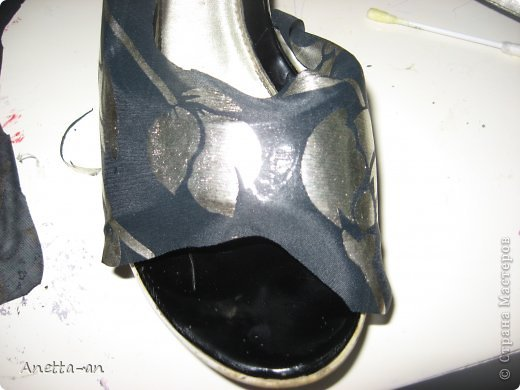 Чтобы далеко не отходить от темы, сразу хочу показать еще одну переделку обуви. Эти сандали носились еще наверно лет пять назад, у нас тогда был кризис финансовый и на лето я покупала себе дешевенькие сандалики, за лето они так сильно износились, но были очень удобные. Не знаю почему я их так и не выкинула. Вот тут то я и решила, что переделаю и пару раз за лето но одену. Принялась за дело. Научилась выкройку делать в нете и покажу вам тоже, вдруг кому-нибудь и понравится сама идея! фото 9