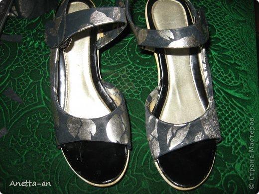 Чтобы далеко не отходить от темы, сразу хочу показать еще одну переделку обуви. Эти сандали носились еще наверно лет пять назад, у нас тогда был кризис финансовый и на лето я покупала себе дешевенькие сандалики, за лето они так сильно износились, но были очень удобные. Не знаю почему я их так и не выкинула. Вот тут то я и решила, что переделаю и пару раз за лето но одену. Принялась за дело. Научилась выкройку делать в нете и покажу вам тоже, вдруг кому-нибудь и понравится сама идея! фото 11