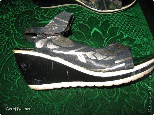 Чтобы далеко не отходить от темы, сразу хочу показать еще одну переделку обуви. Эти сандали носились еще наверно лет пять назад, у нас тогда был кризис финансовый и на лето я покупала себе дешевенькие сандалики, за лето они так сильно износились, но были очень удобные. Не знаю почему я их так и не выкинула. Вот тут то я и решила, что переделаю и пару раз за лето но одену. Принялась за дело. Научилась выкройку делать в нете и покажу вам тоже, вдруг кому-нибудь и понравится сама идея! фото 12