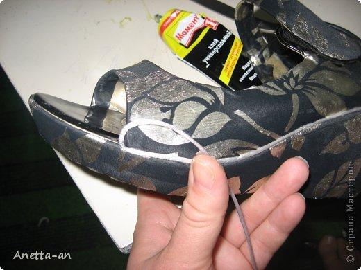 Чтобы далеко не отходить от темы, сразу хочу показать еще одну переделку обуви. Эти сандали носились еще наверно лет пять назад, у нас тогда был кризис финансовый и на лето я покупала себе дешевенькие сандалики, за лето они так сильно износились, но были очень удобные. Не знаю почему я их так и не выкинула. Вот тут то я и решила, что переделаю и пару раз за лето но одену. Принялась за дело. Научилась выкройку делать в нете и покажу вам тоже, вдруг кому-нибудь и понравится сама идея! фото 15