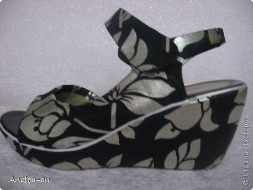 Чтобы далеко не отходить от темы, сразу хочу показать еще одну переделку обуви. Эти сандали носились еще наверно лет пять назад, у нас тогда был кризис финансовый и на лето я покупала себе дешевенькие сандалики, за лето они так сильно износились, но были очень удобные. Не знаю почему я их так и не выкинула. Вот тут то я и решила, что переделаю и пару раз за лето но одену. Принялась за дело. Научилась выкройку делать в нете и покажу вам тоже, вдруг кому-нибудь и понравится сама идея! фото 17