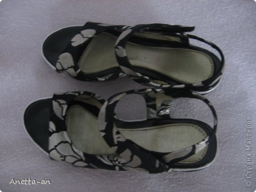 Чтобы далеко не отходить от темы, сразу хочу показать еще одну переделку обуви. Эти сандали носились еще наверно лет пять назад, у нас тогда был кризис финансовый и на лето я покупала себе дешевенькие сандалики, за лето они так сильно износились, но были очень удобные. Не знаю почему я их так и не выкинула. Вот тут то я и решила, что переделаю и пару раз за лето но одену. Принялась за дело. Научилась выкройку делать в нете и покажу вам тоже, вдруг кому-нибудь и понравится сама идея! фото 19