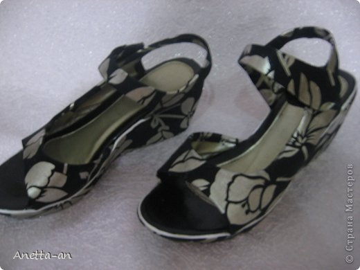 Чтобы далеко не отходить от темы, сразу хочу показать еще одну переделку обуви. Эти сандали носились еще наверно лет пять назад, у нас тогда был кризис финансовый и на лето я покупала себе дешевенькие сандалики, за лето они так сильно износились, но были очень удобные. Не знаю почему я их так и не выкинула. Вот тут то я и решила, что переделаю и пару раз за лето но одену. Принялась за дело. Научилась выкройку делать в нете и покажу вам тоже, вдруг кому-нибудь и понравится сама идея! фото 1