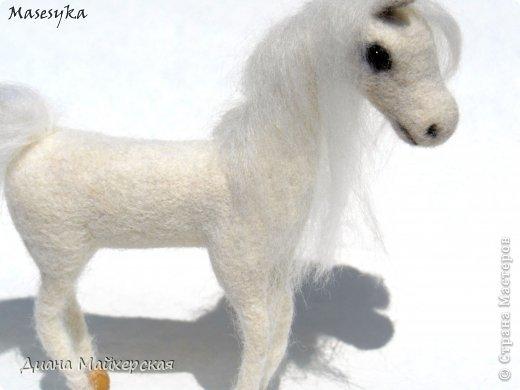 Маленькая белая лошадка)ножки на каркасе)))глазки крупный бисер)))