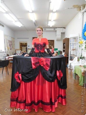Здравствуйте! Сегодня я хочу поделиться своей новой работой - костюм Леди Фуршет. Размер стола в диаметре 124 см, высота 101 см. В центре вырезан круг куда собственно и залезает девушка. Стол на роликах для удобства передвижения. Для пошива костюма потребовалось Атлас красный 8 м, атлас черный 6м, ткань кружево 1 м, фатин черный 1 м, фатин красный 0,5 м, косой бейки 32 м, кружево широкое 15 м, кружево узкое 25 м, пайетки, нитки, резинка 3 см шириной и 4 рабочих дня. Результатом довольна на 100 %! фото 1