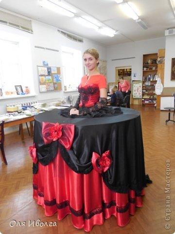 Здравствуйте! Сегодня я хочу поделиться своей новой работой - костюм Леди Фуршет. Размер стола в диаметре 124 см, высота 101 см. В центре вырезан круг куда собственно и залезает девушка. Стол на роликах для удобства передвижения. Для пошива костюма потребовалось Атлас красный 8 м, атлас черный 6м, ткань кружево 1 м, фатин черный 1 м, фатин красный 0,5 м, косой бейки 32 м, кружево широкое 15 м, кружево узкое 25 м, пайетки, нитки, резинка 3 см шириной и 4 рабочих дня. Результатом довольна на 100 %! фото 2