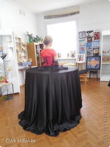 Здравствуйте! Сегодня я хочу поделиться своей новой работой - костюм Леди Фуршет. Размер стола в диаметре 124 см, высота 101 см. В центре вырезан круг куда собственно и залезает девушка. Стол на роликах для удобства передвижения. Для пошива костюма потребовалось Атлас красный 8 м, атлас черный 6м, ткань кружево 1 м, фатин черный 1 м, фатин красный 0,5 м, косой бейки 32 м, кружево широкое 15 м, кружево узкое 25 м, пайетки, нитки, резинка 3 см шириной и 4 рабочих дня. Результатом довольна на 100 %! фото 3