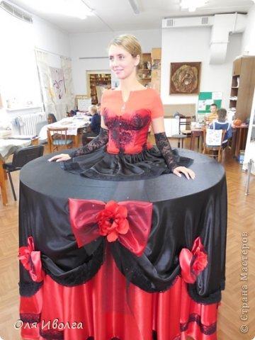 Здравствуйте! Сегодня я хочу поделиться своей новой работой - костюм Леди Фуршет. Размер стола в диаметре 124 см, высота 101 см. В центре вырезан круг куда собственно и залезает девушка. Стол на роликах для удобства передвижения. Для пошива костюма потребовалось Атлас красный 8 м, атлас черный 6м, ткань кружево 1 м, фатин черный 1 м, фатин красный 0,5 м, косой бейки 32 м, кружево широкое 15 м, кружево узкое 25 м, пайетки, нитки, резинка 3 см шириной и 4 рабочих дня. Результатом довольна на 100 %! фото 4