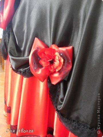 Здравствуйте! Сегодня я хочу поделиться своей новой работой - костюм Леди Фуршет. Размер стола в диаметре 124 см, высота 101 см. В центре вырезан круг куда собственно и залезает девушка. Стол на роликах для удобства передвижения. Для пошива костюма потребовалось Атлас красный 8 м, атлас черный 6м, ткань кружево 1 м, фатин черный 1 м, фатин красный 0,5 м, косой бейки 32 м, кружево широкое 15 м, кружево узкое 25 м, пайетки, нитки, резинка 3 см шириной и 4 рабочих дня. Результатом довольна на 100 %! фото 6