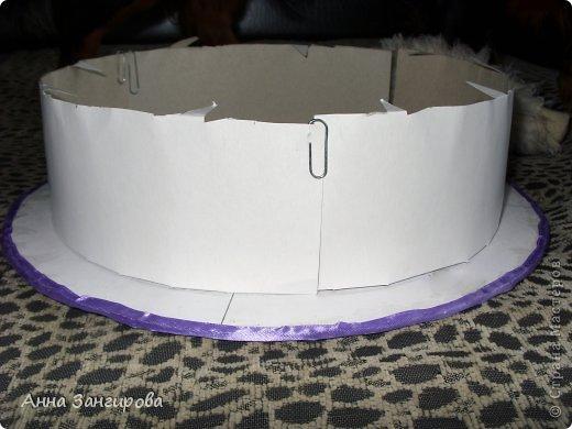 Для изготовления данного торта понадобятся: плотный картон(можно использовать картон от коробок), тонкий картон, скрепки, тонкая атласная лента(около двух метров), большой бант, клей или двусторонний  скотч и деньги(около ста купюр) фото 3
