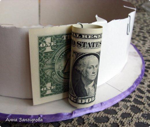 Для изготовления данного торта понадобятся: плотный картон(можно использовать картон от коробок), тонкий картон, скрепки, тонкая атласная лента(около двух метров), большой бант, клей или двусторонний  скотч и деньги(около ста купюр) фото 8