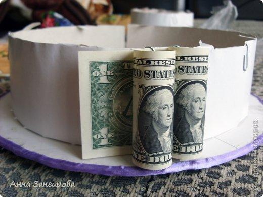 Для изготовления данного торта понадобятся: плотный картон(можно использовать картон от коробок), тонкий картон, скрепки, тонкая атласная лента(около двух метров), большой бант, клей или двусторонний  скотч и деньги(около ста купюр) фото 10