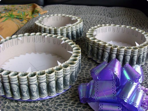 Для изготовления данного торта понадобятся: плотный картон(можно использовать картон от коробок), тонкий картон, скрепки, тонкая атласная лента(около двух метров), большой бант, клей или двусторонний  скотч и деньги(около ста купюр) фото 13