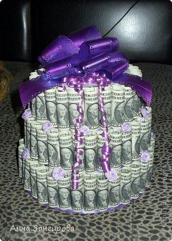 Для изготовления данного торта понадобятся: плотный картон(можно использовать картон от коробок), тонкий картон, скрепки, тонкая атласная лента(около двух метров), большой бант, клей или двусторонний  скотч и деньги(около ста купюр) фото 1