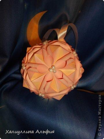 Вот такие две кусудамы сделала я специально для своей сестры Диляры, которая совсем недавно стала погружаться в мир оригами.  Она - часто вдохновляется поделками со страны мастеров, смотрит мастер-классы. Я жду ее в рядах зарегистрированных пользователей этого отличного сайта ;) Осталось  зайти в гости и подарить ;) фото 3