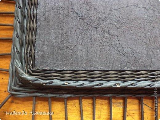 Доброго времени суток, жители страны мастеров. Сегодня хочу поделиться своим опытом в плетении прямоугольной или квадратной крышки. Возможно кто-то пользуется уже таким способом, но для меня это собственное изобретение. Придумалось потому, что не очень удобно мне покрывать лаком крышечки, в которых трубочки загибаются через край внутрь для бортика. Между делом скажу, что такой способ впервые использовала на овальной шкатулке(она будет представлена в следующем блоге) - там всё проще, т.к. нет углов. Кстати, эта коробочка была сплетена вдогонку предыдущему чёрно-белому набору. фото 13