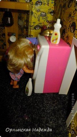 """Здравствуйте жители Страны Мастеров! Представляю Вашему вниманию кукольный домик. Делала по просьбе любимой внучечки. Сделан он из листов пенопласта толщиной 3см. Промазан клеем """" жидкие гвозди """", затем по всему периметру и на перегородках между этажами вставлены чопики деревянные, чтобы укрепить конструкцию. Чопиков ушло на домик больше  шести метров, вставляла почти через каждые 6-7 см. Ещё каркас укреплён пластиковыми уголками, чтобы ребёнок мог спокойно играть, т. к. места в квартире мало, домик пришлось возводить в высоту. Размер домика 120 см.  в высоту,  50 см.   в ширину, и 40 см. в глубину.  Проём окна сделан тоже из пластиковых уголков, а сама рама из ватмана, вставлено """" стекло """" из прозрачного пластика. Обои наклеены из детской обёрточной бумаги ( с ними были большие проблемы, хотелось сделать детские обои, но настоящих не нашла, а эти когда намазала клеем и стала наклеивать на стены, они стали сильно морщиться, я их стала расправлять, а они стали рваться как салфетки ) поэтому обои смотрятся не так как я хотела, но у меня было очень мало времени, и я торопилась закончить всё до намеченной поездки, поэтому решила пусть побудет до первого """" ремонта """"  (но настроение было испорчено).  В домике получилось 6 комнат, и лестница только из прихожей в кухню-столовую ( ребёнок сделал заказ ), через весь дом она заняла бы очень много места.  Домик делала старалась надолго, потому-что там родилось ещё одно маленькое ЧУДО и которому домик достанется по наследству, но этот """"Вождь краснокожих"""" почему-то не хочет ждать наследства и этот домик подайте ей здесь и сейчас НЕМЕДЛЕННО! Приходится уговаривать старшую, чтобы её тоже приняли поиграть. фото 49"""