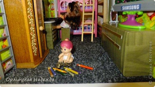 """Здравствуйте жители Страны Мастеров! Представляю Вашему вниманию кукольный домик. Делала по просьбе любимой внучечки. Сделан он из листов пенопласта толщиной 3см. Промазан клеем """" жидкие гвозди """", затем по всему периметру и на перегородках между этажами вставлены чопики деревянные, чтобы укрепить конструкцию. Чопиков ушло на домик больше  шести метров, вставляла почти через каждые 6-7 см. Ещё каркас укреплён пластиковыми уголками, чтобы ребёнок мог спокойно играть, т. к. места в квартире мало, домик пришлось возводить в высоту. Размер домика 120 см.  в высоту,  50 см.   в ширину, и 40 см. в глубину.  Проём окна сделан тоже из пластиковых уголков, а сама рама из ватмана, вставлено """" стекло """" из прозрачного пластика. Обои наклеены из детской обёрточной бумаги ( с ними были большие проблемы, хотелось сделать детские обои, но настоящих не нашла, а эти когда намазала клеем и стала наклеивать на стены, они стали сильно морщиться, я их стала расправлять, а они стали рваться как салфетки ) поэтому обои смотрятся не так как я хотела, но у меня было очень мало времени, и я торопилась закончить всё до намеченной поездки, поэтому решила пусть побудет до первого """" ремонта """"  (но настроение было испорчено).  В домике получилось 6 комнат, и лестница только из прихожей в кухню-столовую ( ребёнок сделал заказ ), через весь дом она заняла бы очень много места.  Домик делала старалась надолго, потому-что там родилось ещё одно маленькое ЧУДО и которому домик достанется по наследству, но этот """"Вождь краснокожих"""" почему-то не хочет ждать наследства и этот домик подайте ей здесь и сейчас НЕМЕДЛЕННО! Приходится уговаривать старшую, чтобы её тоже приняли поиграть. фото 44"""