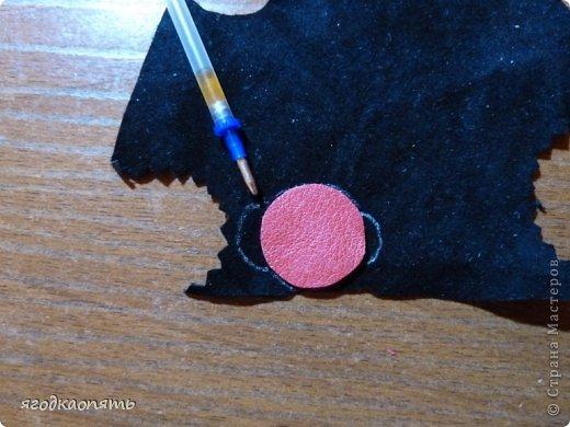 Мастер-класс Аппликация Вырезание МК Божья коровка из кожи Клей Кожа Краска фото 6