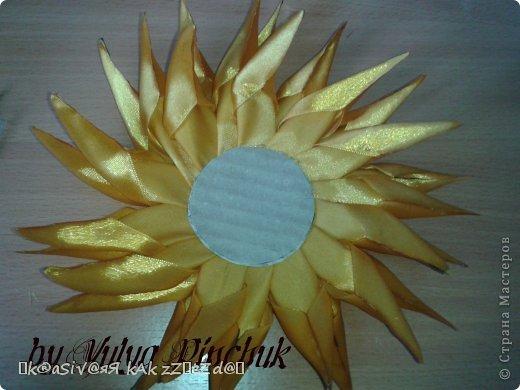 Я покажу вам как сделать вот такой солнечный цветок:)):))Нам понадобится: лента атласная жёлтая-3 м, лента зелёная около метра, зёрна кофе, гуашь зелёная, гуашь коричневая, проволока, салфетки(туалетная бумага), клей(у меня Мастер клей), клей ПВА, картон, гипс, чай, нитки. фото 15