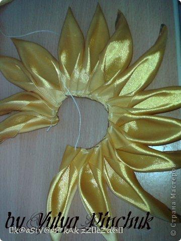 Я покажу вам как сделать вот такой солнечный цветок:)):))Нам понадобится: лента атласная жёлтая-3 м, лента зелёная около метра, зёрна кофе, гуашь зелёная, гуашь коричневая, проволока, салфетки(туалетная бумага), клей(у меня Мастер клей), клей ПВА, картон, гипс, чай, нитки. фото 6