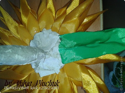 Я покажу вам как сделать вот такой солнечный цветок:)):))Нам понадобится: лента атласная жёлтая-3 м, лента зелёная около метра, зёрна кофе, гуашь зелёная, гуашь коричневая, проволока, салфетки(туалетная бумага), клей(у меня Мастер клей), клей ПВА, картон, гипс, чай, нитки. фото 31