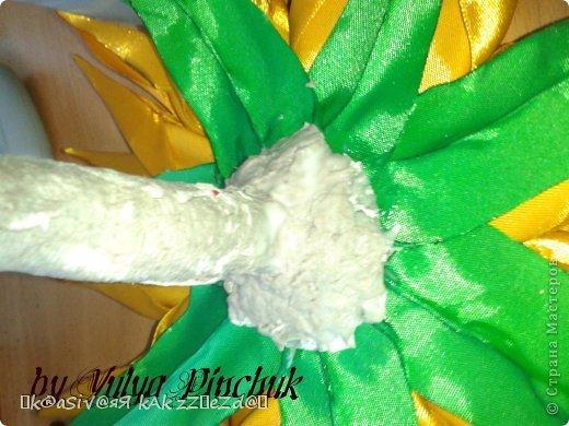 Я покажу вам как сделать вот такой солнечный цветок:)):))Нам понадобится: лента атласная жёлтая-3 м, лента зелёная около метра, зёрна кофе, гуашь зелёная, гуашь коричневая, проволока, салфетки(туалетная бумага), клей(у меня Мастер клей), клей ПВА, картон, гипс, чай, нитки. фото 33