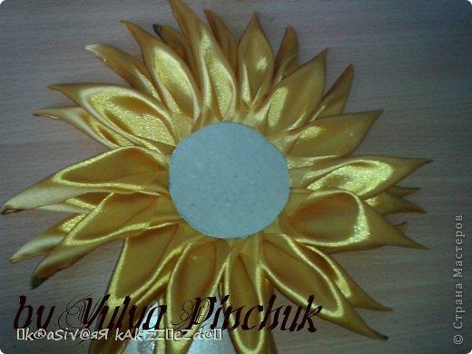 Я покажу вам как сделать вот такой солнечный цветок:)):))Нам понадобится: лента атласная жёлтая-3 м, лента зелёная около метра, зёрна кофе, гуашь зелёная, гуашь коричневая, проволока, салфетки(туалетная бумага), клей(у меня Мастер клей), клей ПВА, картон, гипс, чай, нитки. фото 14