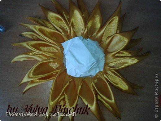 Я покажу вам как сделать вот такой солнечный цветок:)):))Нам понадобится: лента атласная жёлтая-3 м, лента зелёная около метра, зёрна кофе, гуашь зелёная, гуашь коричневая, проволока, салфетки(туалетная бумага), клей(у меня Мастер клей), клей ПВА, картон, гипс, чай, нитки. фото 16