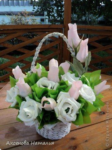 Здравствуйте жители СМ. Сегодня я  представляю на ваш суд букет роз, который я смастерила для моей племянницы. Ей 27 лет. В букете 27 роз с конфетками. Корзиночку я делала из газетных трубочек. Это моя первая работа по плетению.