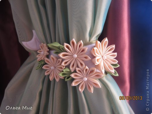 Цветы из атласных лент на шторы своими руками